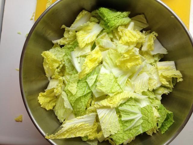 En un tazón grande, combine el repollo con la sal.