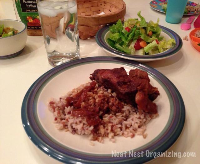 Sirva con cuchara cocinado arroz- salsa caliente, extra en la parte superior. Yum!