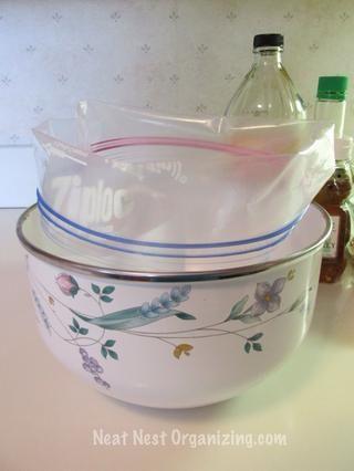 Coloque una bolsa de congelador de un galón en un tazón. Doble la parte superior de la bolsa en el suelo.