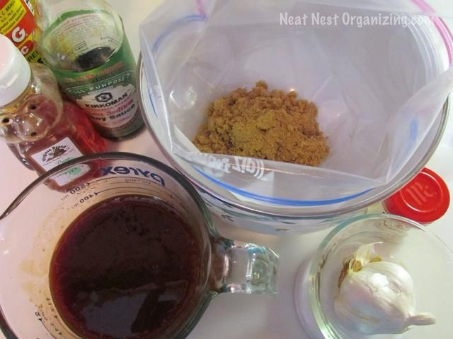 Agregue los ingredientes secos a la bolsa. Mezcle los ingredientes húmedos juntos en una taza de medir.