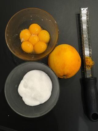 Para pasteurizar los huevos ponen el seis yemas de huevo + 50 g de azúcar + el jugo de naranja 100 ml o licor de naranja (o una mezcla), poner todo en una caldera doble cocinar revolviendo lentamente hasta que espese la mezcla con ➡️