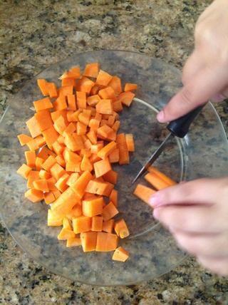 Cortar las zanahorias.