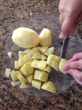 Cortar las patatas.