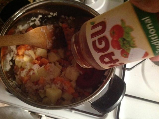 Agregue la salsa ragú.