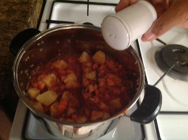 Añadir una pizca de sal y pimienta.