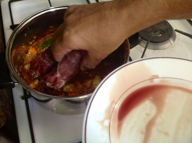 Coloque el bragioli en la cacerola.