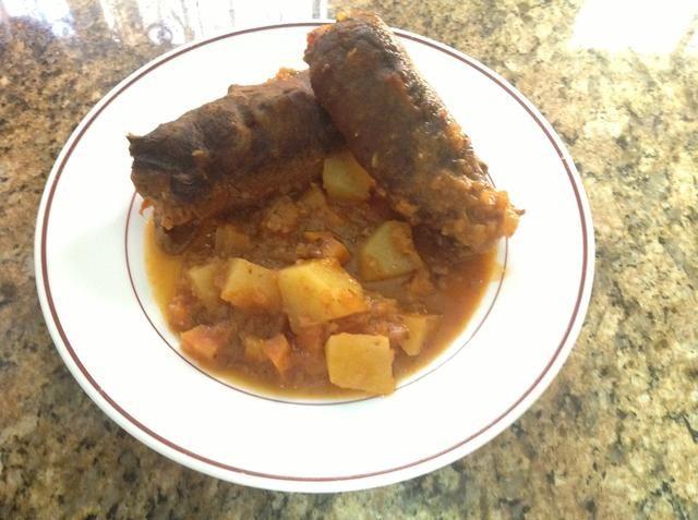 Servir el bragioli con guiso. Disfrute de su comida maltesa !! :)
