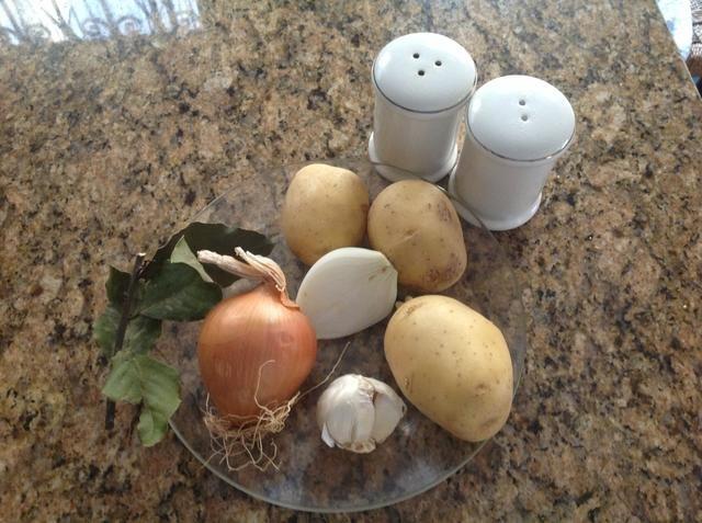 Ingredientes necesarios: 130 ml salsa ragú, cebollas, ajo y patatas. Se puede añadir las zanahorias y guisantes. Para esta receta, yo voy a añadir las zanahorias. Condimentos: hojas de laurel, sal y pimienta.