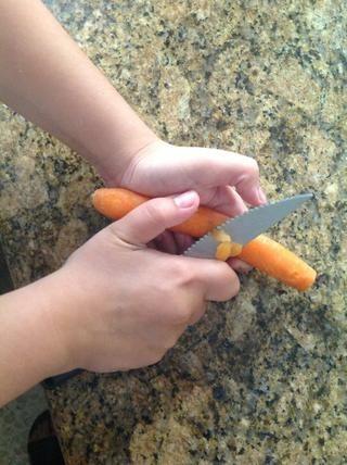 Para el color y el sabor, me gusta añadir las zanahorias. Pelar las zanahorias.