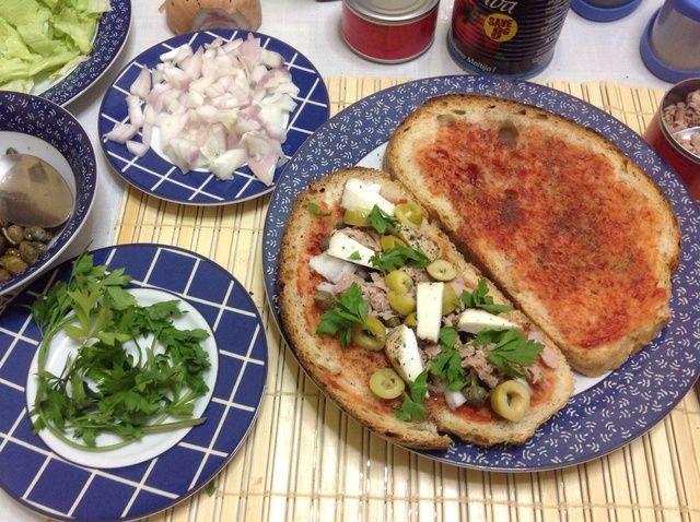 Cómo hacer maltés pan con atún, alcaparras y aceitunas Receta