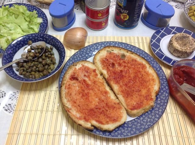 Extender la pasta de tomate sobre rebanadas de pan maltés.