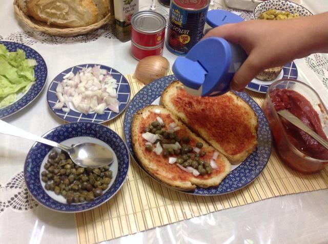 Sazone con sal y pimienta recién molida.
