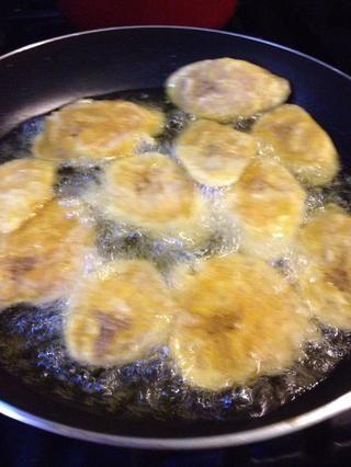 Re-freír sus aplanados, trozos Plátano experimentados sobre fuego medio-alto. Freír hasta que estén doradas, pero no se queman!