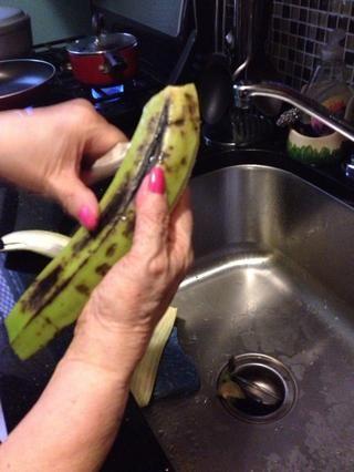 Pelar los plátanos.