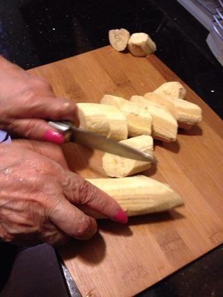 Corta plátanos en diagonal en trozos de 1 pulgada.