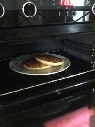Cuando se hace cada panqueque, recomiendo mantenerlos en un horno caliente mientras se cocina el resto- esto los mantendrá agradable y cálido y acogedor hasta que're ready to eat them!