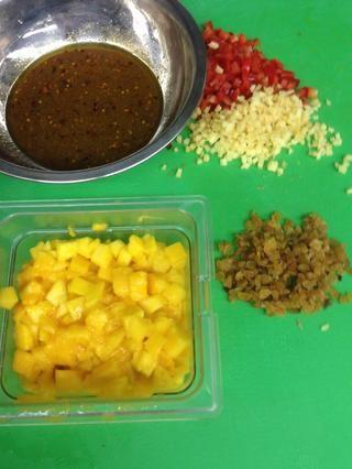 Añada sus pasas de oro en cubos de mango, jengibre, pimiento rojo, cebolla roja y picadas a la mezcla.