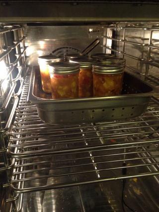 Coloca el chutney de crudo en tarros de cristal y colocar en el horno Combitherm.