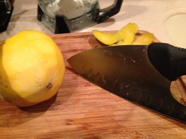 Me gusta usar un cuchillo para pelar el mango. Como amante de grandes cuchillos estoy usando uno, sino un cuchillo pearing es muy bueno también.