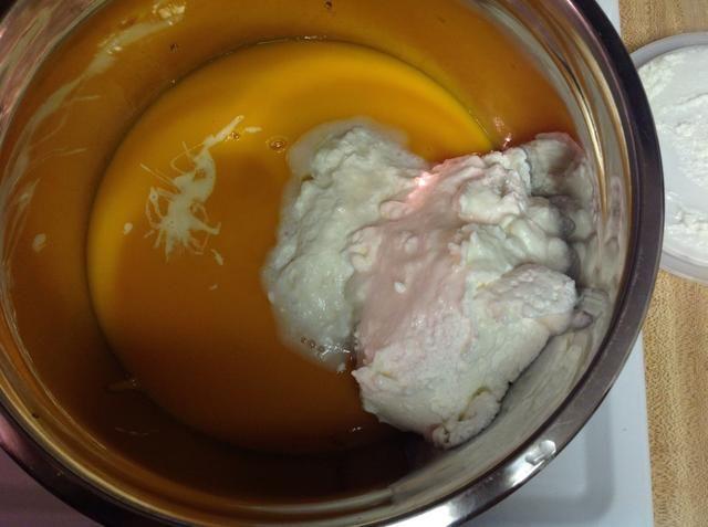 Vierta en la pulpa de mango en un bol grande, añadir la leche condensada y la crema batida a la misma.