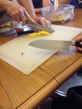 Rebane mangos, entonces dados - añadir a la ensalada