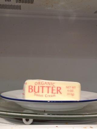 Siguiente quiere suavizar la mantequilla. Yo microondas durante 8-10 segundos, luego voltee para otro 5-10. Acabo de don't want it to melt, only soften.
