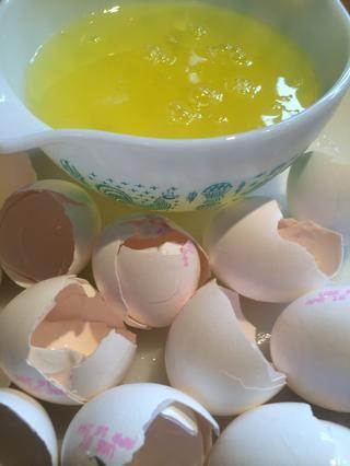 Reservar las claras de huevo para uso futuro. Póngalos en una bolsa de plástico y guárdelos en el congelador. Busque la guía futura Mocha Angel Food Cake, voy a utilizar las claras de huevo sobrante de esta guía.