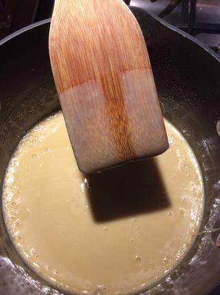 La crema es lo suficientemente gruesa cuando la parte de atrás de una cuchara de madera está cubierto con crema y mantiene su forma cuando limpiado con el dedo.