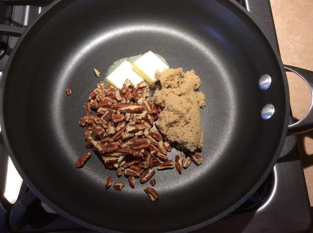 En un lugar sartén, 2 mantequilla tbls, 3 tbls azúcar morena y 1/2 c pacanas.