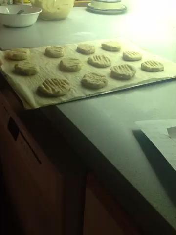 Pon las galletas en el horno y hornear durante 8-10 minutos.
