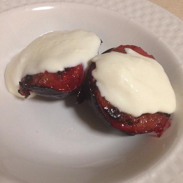 Dejar enfriar un lil y añadir yogur griego con miel