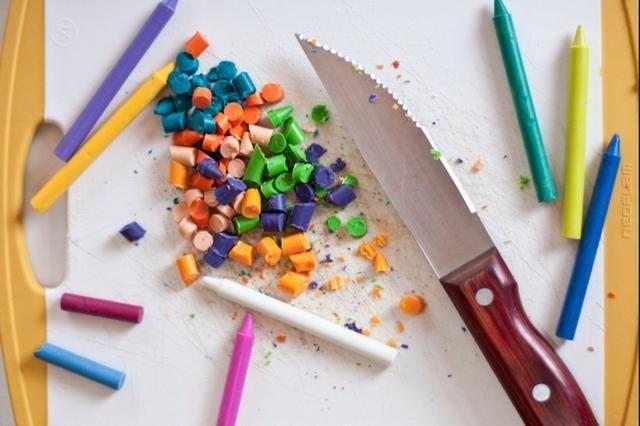Con un cuchillo, cortar sus lápices de colores para que quepan en mini trazadores de líneas de la hornada. Precaliente el horno a 325, y coloque sus mezclas crayón picadas en diferentes surtidos de color.