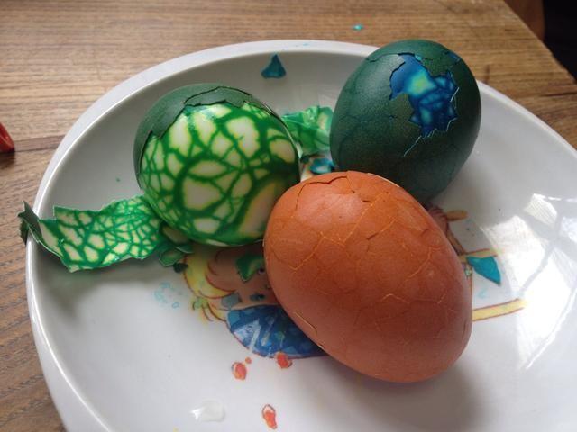 Retire con cuidado la cáscara de los huevos.