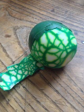 Una vez retirado de la membrana, es muy fácil, pero antes de que se necesita paciencia para evitar daños en el huevo.
