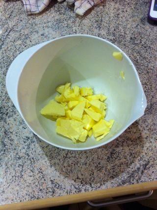 Añadir la mantequilla en un bol