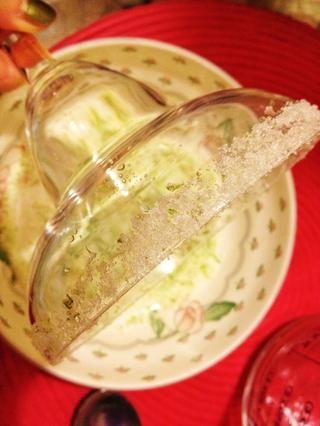 Utilice la rodaja de limón y frotar los bordes de sus vasos de margarita y sumergir las llantas en la mezcla de azúcar. A continuación, coloque los vasos de margarita en el congelador.