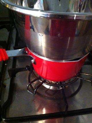 Ponga un recipiente de vidrio o de metal en la parte superior de la cacerola. Asegúrese de que el fondo de la taza se ajusta perfectamente en la sartén.