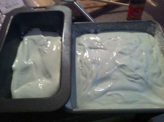 Vierta la mezcla en la cacerola preparada / s