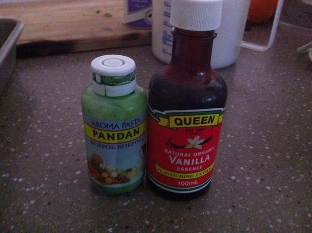 Cualquier esencia y / o colorante alimentario. He utilizado la esencia de vainilla y la esencia pandan.
