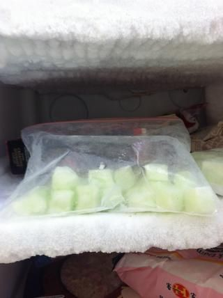 También puede estallar en una bolsa de plástico y congelarlos (Sorprendentemente, ellos no't freeze solid- they're cold but still squishy) Frozen marshmallows go really well with ice-cream, I found out