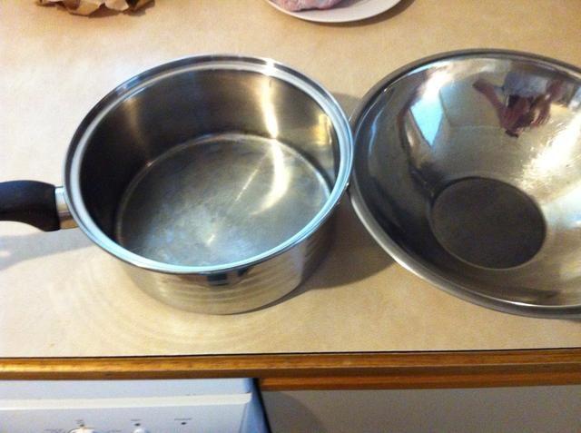 Ahora obtener una cacerola y un recipiente resistente al calor