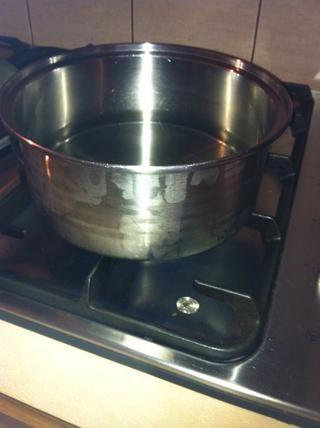 Ahora toma el cuenco apagado y calentar el agua a fuego lento