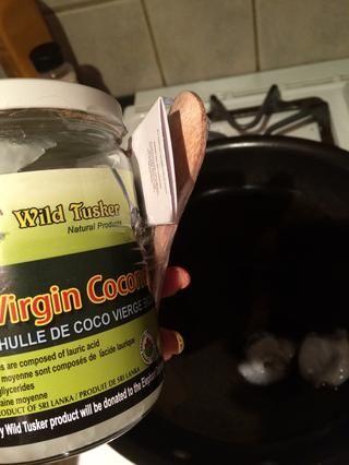 Yo uso el aceite de coco para cocinar como el punto de Burning es muy alta. Ponga el aceite de coco en la cacerola y dejar que caliente durante unos 2 minutos en el medio-alto