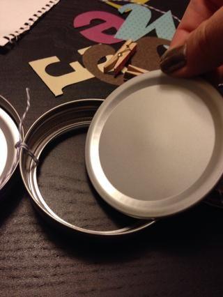 Pegamento caliente la gran tapa tapas en los círculos exteriores.