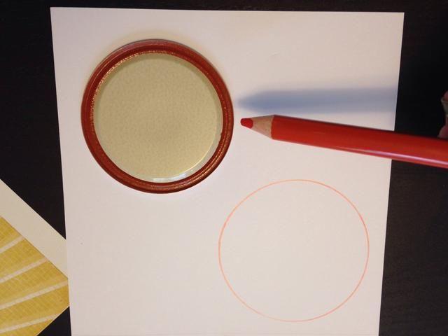 El uso de tapas pequeñas y grandes, dibujar un esquema de dos pequeños círculos en cada patrón de papel