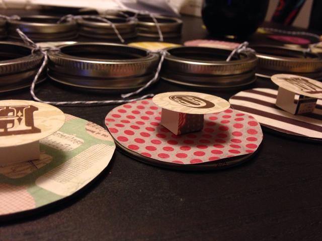 El uso de los bloques cuadrados de papel que ha realizado, adjuntar las cartas, tanto para los PRINCIPAL palabras a los pequeños círculos de papel utilizando cinta adhesiva doble