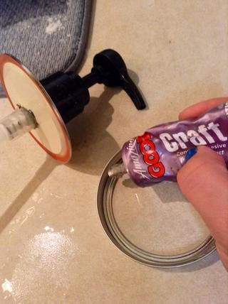 Tapa de pegamento en la bomba y el anillo de la tapa. Yo uso Goop Craft. Se seca rápido y es resistente al agua.