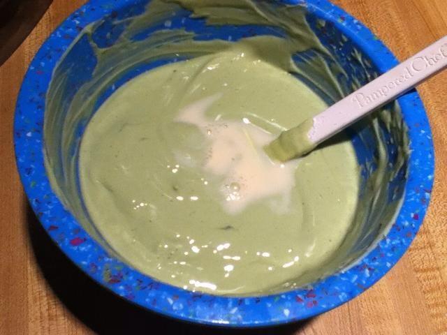 Si su mezcla de yogur se ve demasiado grueso para la máquina de helados, añadir en pocos guiones de leche para diluir, pero don't add too much.