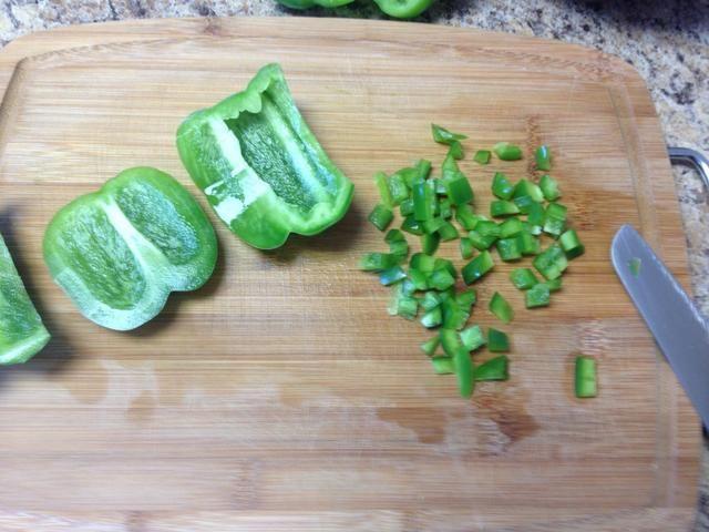 Picar todo medio. Guarde la mitad de uno en un plato aparte para las albóndigas.