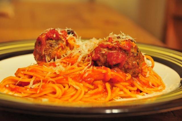 Tome un poco de espagueti, 2 albóndigas, y algunos de nuestra salsa de tomate (receta en la guía de presión). Cocine la pasta al dente, mezclar con la salsa y las albóndigas. Espolvorear sobre algunas parmesano recién rallado.
